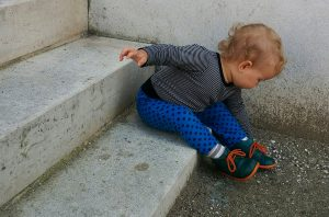 Coole Hose_Jeanspunkte_sitzend gebeugt